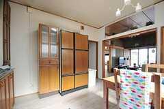 冷蔵庫は大型のものが一台。木目調のデザインです。(2012-05-29,共用部,KITCHEN,1F)