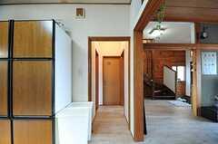廊下の様子。正面がトイレで左手のドアが水まわり設備です。(2012-05-29,共用部,OTHER,1F)