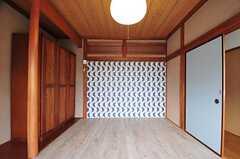 専有部の様子2。正面の壁紙は波型のデザイン。海を意識しているのかも。(203号室)(2012-05-29,専有部,ROOM,2F)