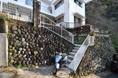シェアハウスは階段の上に建っています。(2017-01-10,共用部,OUTLOOK,1F)