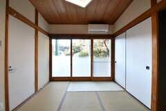 専有部の様子2。掃き出し窓からは外に出られます。(101号室)(2017-01-10,専有部,ROOM,1F)