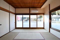 掃き出し窓からはベランダに出られます。(201号室)(2017-01-10,専有部,ROOM,2F)