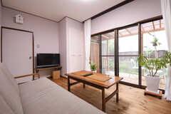 ソファ側から見たリビングの様子。ドアの脇にTVが設置されています。掃き出し窓からテラスへ出られます。(2016-10-25,共用部,LIVINGROOM,1F)