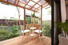 ウッドデッキテラスの様子。テラスの周りは庭です。(2016-10-25,共用部,LIVINGROOM,1F)
