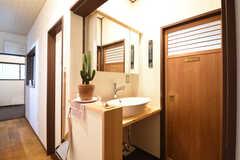 キッチン脇は水まわり設備です。洗面台が設置されています。ドアの先は脱衣室です。(2016-10-25,共用部,OTHER,1F)