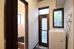 脱衣室の様子。洗濯機が設置されています。ドアの先は物干しスペースです。(2016-10-25,共用部,BATH,1F)