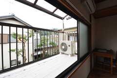 ベランダの様子。物干し台が設置されています。(202号室)(2016-10-25,専有部,ROOM,2F)