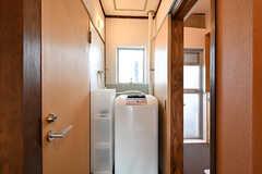 洗濯機の様子。左手がトイレ、右手がシャワールームです。(2016-10-12,共用部,LAUNDRY,4F)