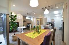 リビングの様子3。キッチンが併設されています。(2015-03-17,共用部,LIVINGROOM,1F)
