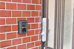 カメラ付きのインターホンの様子。玄関の鍵はナンバー式です。(2019-01-21,周辺環境,ENTRANCE,1F)