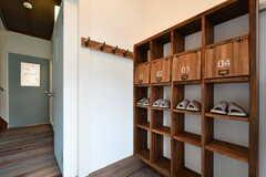 靴箱の様子。専有部ごとに縦一列を使えます。事業者さんがDIYで作ったのだそう。(2019-01-21,周辺環境,ENTRANCE,1F)