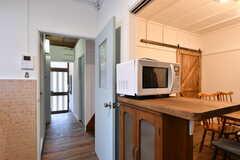 キッチン前の食器棚と廊下の様子。(2019-01-21,共用部,KITCHEN,1F)