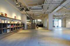 HOTELのエントランスをくぐると、ギャラリー兼用の抜けのあるロビーに。(2011-04-09,周辺環境,ENTRANCE,1F)