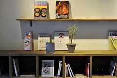 シェルフには、各種カルチャー誌や京都情報などが並びます。(2011-04-09,共用部,OTHER,1F)