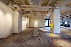 レセプションの向かい側には、多目的に活用される予定のギャラリー空間。(2011-04-09,共用部,LIVINGROOM,1F)