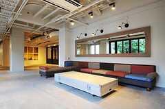 ロビーに置かれたソファの様子。レジデンスの住人も、ロビー空間は使用して良いそうです。(2011-04-09,共用部,LIVINGROOM,1F)
