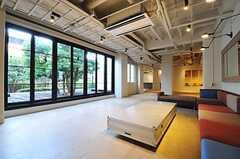 ロビーのソファからは、グリーンの映えるデッキ・テラスを一望。(2011-04-09,共用部,LIVINGROOM,1F)