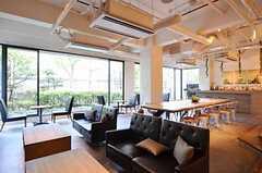 ロビーの奥の方は、ちょっとしたカフェのような空間があります。(2014-09-09,共用部,LIVINGROOM,1F)