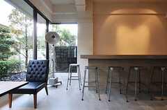 カウンター席もあります。(2011-04-09,共用部,LIVINGROOM,1F)