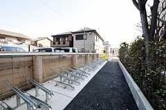 ズラリと並ぶ駐輪場の様子。自転車があれば、京都市内はスイスイ。(2011-04-09,共用部,GARAGE,1F)