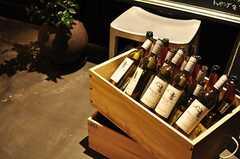レストランの入り口にはワインの瓶がゴロゴロ。(2012-09-10,共用部,OUTLOOK,1F)