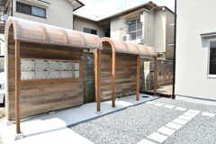 専有部ごとに用意されたポスト。壁と屋根に使われている木材は、改装前に使用されていた床板だそう。(2017-07-19,共用部,OTHER,1F)