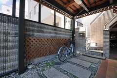 玄関へのアプローチの様子。自転車が停められます。(2012-08-20,周辺環境,ENTRANCE,1F)