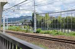 近くに線路が見えます。(202号室)(2012-08-20,専有部,ROOM,2F)