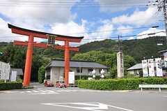 松尾神社の鳥居がそびえ立っています。(2012-08-20,共用部,ENVIRONMENT,1F)