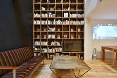 棚ごとに、本のテーマが異なり、毎月入れ替わるそう。(2017-03-07,共用部,LIVINGROOM,2F)
