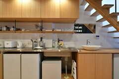 キッチンの様子。冷蔵庫は専有部ごとに用意されています。(2017-03-07,共用部,KITCHEN,2F)