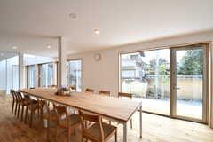 ダイニングテーブルの様子3。掃き出し窓から縁側へ出られます。(2017-03-29,共用部,LIVINGROOM,1F)