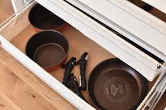 引き出しには共用の鍋やフライパンが収納されています。(2017-03-29,共用部,KITCHEN,1F)