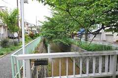 近くには小さな川が流れています。(2012-05-07,共用部,ENVIRONMENT,1F)
