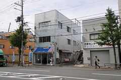 シェアハウスの外観。2、3Fがシェアハウスです。(2011-10-01,共用部,OUTLOOK,1F)