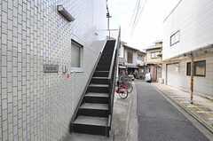 外階段を上がって正面玄関へ。階段下は自転車置き場になっています。(2011-10-01,共用部,OTHER,1F)