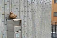 階段を上がると、左手にあるポスト。手作りのハトの置物があります。(2011-10-01,共用部,OTHER,2F)