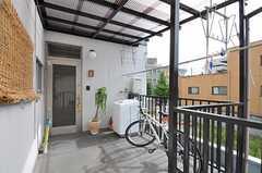 シェアハウスの正面玄関。玄関脇には物干しスペースがあります。(2011-10-01,周辺環境,ENTRANCE,2F)