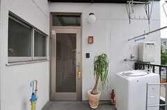 シェアハウスの玄関ドアの様子。(2011-10-01,周辺環境,ENTRANCE,2F)