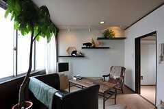 リビングの様子。猫も住んでいます。壁の横板はキャットウォークも兼ねています。(2011-10-01,共用部,LIVINGROOM,2F)
