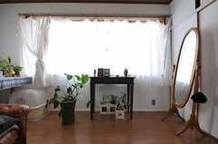 専有部の様子2。窓は通りに面していますが、大きく明るいです。※備品は住人さんの私物です。(303号室)(2011-10-01,専有部,ROOM,3F)
