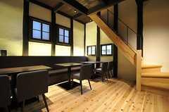 リビングの様子2。天井がとても高いです。 (2014-04-08,共用部,LIVINGROOM,1F)