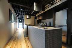 キッチンの様子。とてもスタイリッシュなデザイン。 (2014-04-08,共用部,KITCHEN,1F)