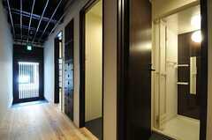バスルームとシャワールームが並んでいます。 (2014-03-04,共用部,OTHER,1F)