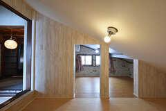 専有部の様子。天井に傾斜があります。(201号室)(2016-05-07,専有部,ROOM,2F)