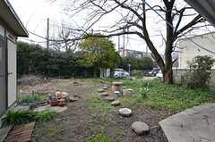 庭の様子。近くに学校があり、チャイムの音が聞こえます。(2015-03-04,共用部,OTHER,1F)