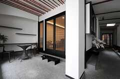中に入ると、土間があります。左手が運営事業者さんのオフィスで、廊下の先が入居の正面玄関です。(2013-05-20,周辺環境,ENTRANCE,1F)