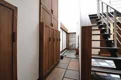 内部から見た玄関周辺の様子。(2013-05-20,周辺環境,ENTRANCE,1F)