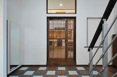 ホールから見たリビングへ続くドア。(2013-05-20,周辺環境,ENTRANCE,1F)