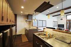 キッチンの様子2。シンクとIHコンロのセットが2つあります。(2013-05-20,共用部,KITCHEN,1F)